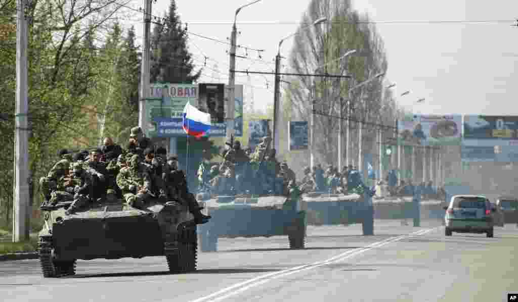 Rusiya bayraqları olan zirehli maşınlar Ukrayna ərazisində - Kramatorks, 16 aprel, 2014