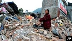 中國地震災區倒塌房屋的瓦礫中﹐該名婦女的親人因地震死亡。