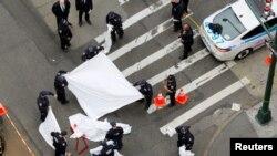 Agentes del Departamento de Policía de Nueva York asisten en el lugar de un crímen en Manhattan. Mayo 18, 2016.