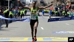 El etíope Lemi Berhanu Hayle se adjudicó la Maratón de Boston 2016.
