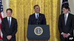 美国总统奥巴马1月10日在白宫提名白宫办公厅主任杰克.卢接任财政部长,右为杰克•卢
