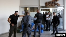 Cảnh sát Israel tại hiện trường vụ người Palestine đâm dao ở Tel Aviv hôm 19/11.