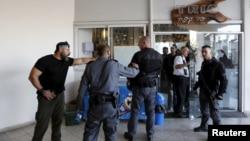 Polisi Israel berdiri di lokasi penikaman di Tel Aviv, Israel (19/11).
