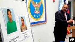 El jefe de la policía de McAllen, Víctor Rodríguez, muestra las fotos de Daniel Guardiola Dominiguez, y Mary Carmen Garcia, arrestados por usar tarjetas de crédito fraudulentas.