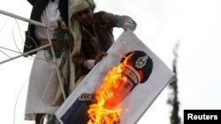 Người biểu tình đốt hình vị tướng lãnh hàng đầu Ai Cập, Đại Tướng Abdel Patta el-Sissi.