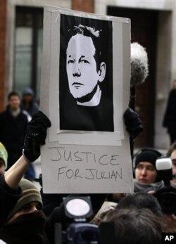支持者在法院門外舉起印有阿桑奇肖像的標語