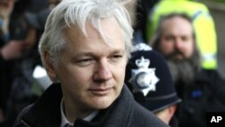 Forty-year-old WikiLeaks founder Julian Assange arrives at the Supreme Court in London, Feb. 1, 2012 (file photo).