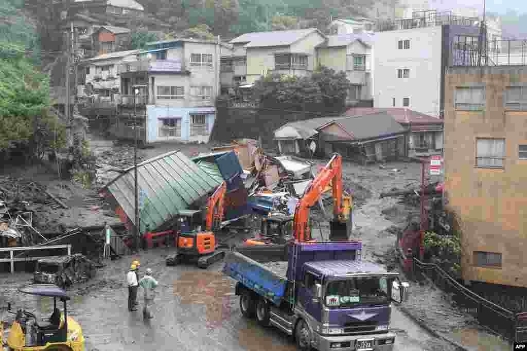 Yaponiyada torpaq sürüşmə ilə dağılmış evlər