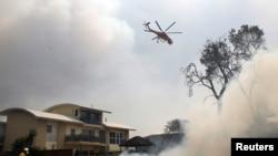 Helikopter pengangkut air berupaya memadamkan kebakaran di kawasan Old Bar di New South Wales, Australia, 9 November 2019. (Foto: dok).