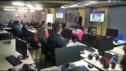 Американські волонтери зацікавили школярів із Золотоноші журналістикою. Відео