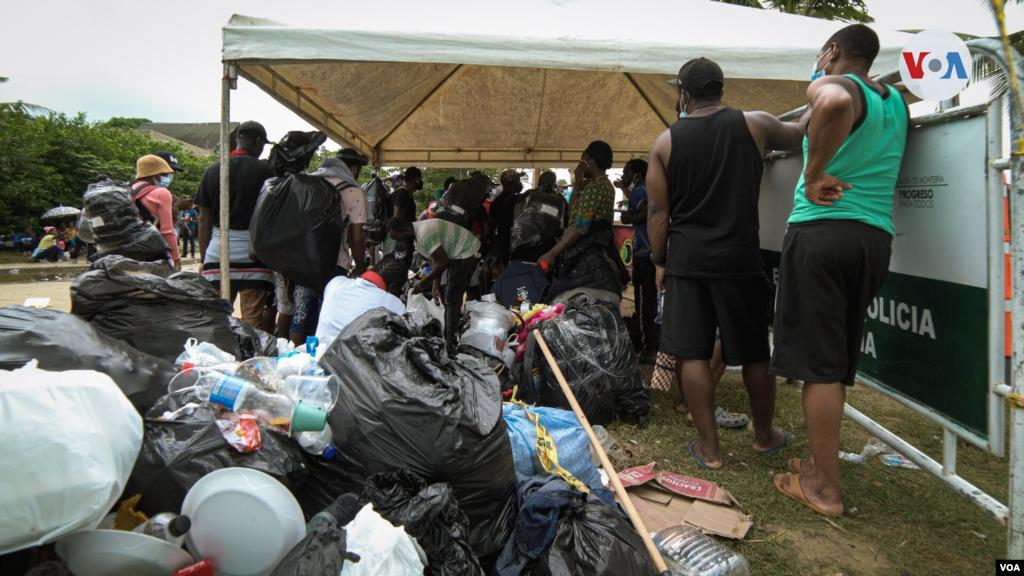 Otro de los grandes problemas que ha causado la migración masiva es el incremento en la producción de basura. Según el alcalde de Necoclí, Jorge Tobón, el municipio tiene 17 toneladas represas debido a la llegada de los migrantes.