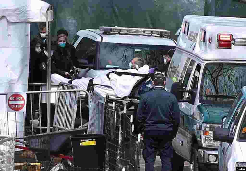 국제구호단체 '사마리아인의 지갑' 후원으로 미국 뉴욕 맨하탄의 센트럴 파크에 야전 병원이 지어진 가운데 신종 코로나바이러스 감염증(COVID-19) 확진자가 병원으로 이송되고 있다.