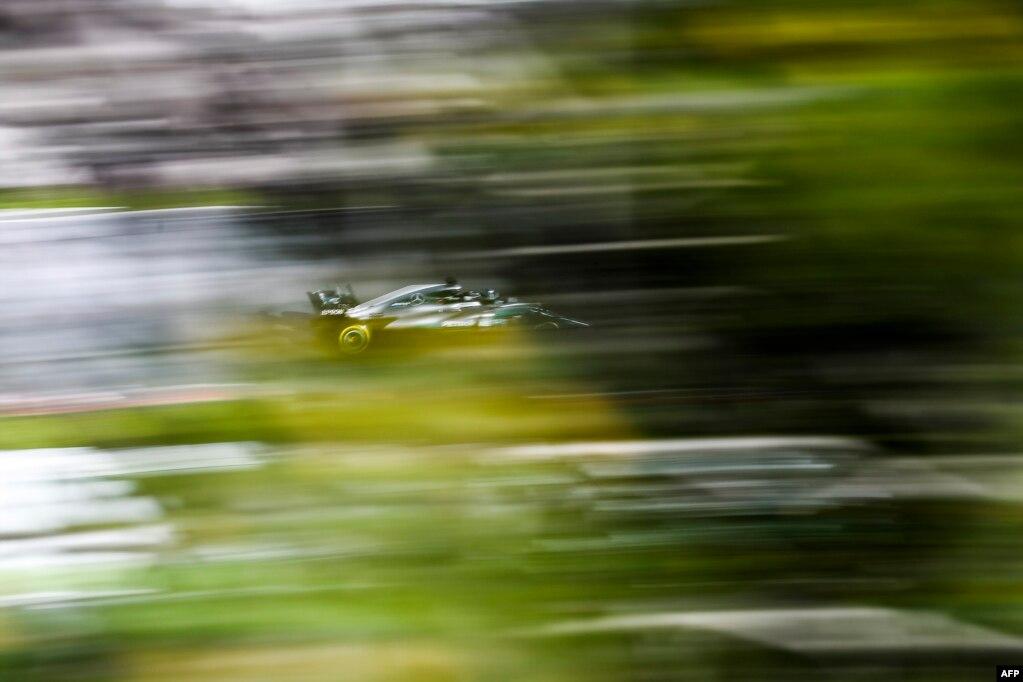 포뮬러 원 자동차 경주 시즌을 앞두고 스페인 바르셀로나에서 메르세데스 소속 발레티 보타스(핀란드)가 시험 주행을 하고 있다.