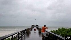 چارواکو د فلوریدا ایالت کې له پنځه عشاریه شپږ میلیونو خلکو څخه غوښتي چې د توفان له رارسیدو دمخه سیمه خوشې کړي.