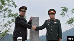 Tư liệu: Bộ Trưởng Quốc Phòng Trung Quốc Thường Vạn Toàn (trái) bắt tay BTQP Việt Nam lúc bấy giờ (phải) tại cửa khẩu biên giới Chi Ma ở phía Bắc Lạng Sơn. Ảnh chụp ngày 29/3/2016. EPA/STR