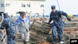 Hải quân Hoa Kỳ giúp dọn dẹp tại tại cảng Misawa ở Nhật Bản