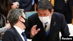 2021年3月16日美國國務卿布林肯(左)在日本東京首相辦公室與日本外相茂木敏充會談。