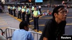 20일 홍콩 시위대가 몽콕 거리를 재점거한 가운데, 경찰이 주변을 지키고 있다.
