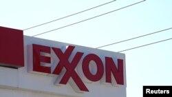 នេះជាស្លាកសញ្ញារបស់ក្រុមហ៊ុន Exxon នៅស្ថានីយប្រេងឥន្ធនៈមួយនៅក្នុងក្រុង Denver រដ្ឋ Colorado សហរដ្ឋអាមេរិក។