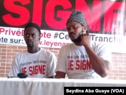 """Les rappeurs sénégalais ''Fou Malade'' et ''Thiat'' membres fondateurs de """"Y en a marre"""" à Dakar, le jeudi 17 août 2017. (VOA/Seydina Aba Gueye)"""