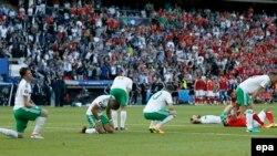Les joueurs de l'Irlande du Nord essoufflés après le coup de sifflet final du match des huitièmes des finales de l'Euro 2016 qu'ils ont remporté 1-0 contre l'Irlande du Nord au Parc des Princes à Paris, France, 25 juin 2016.
