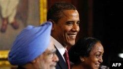 Từ trái: Thủ tướng Ấn Độ Manmohan Singh, Tổng thống Mỹ Barack Obama, và Chủ Tịch Hạ viện Quốc hội Ấn Độ Meira Kumar tại Tòa nhà Quốc hội ở New Delhi, 8/11/2010