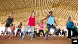 지난해 7월 미국 마이매이 시의 한 공원에서 신체 단련을 권장하는 댄스 운동 행사가 열렸다. (자료사진)
