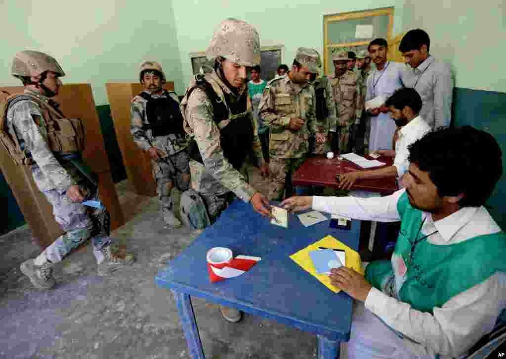 یک پولیس افغان دور دوم انتخابات ریاست جمهوری رای می دهد