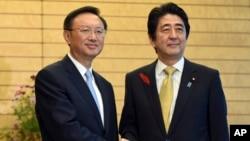 14일 일본 도쿄 총리 관저에서 아베 신조 총리(오른쪽)와 양제츠 중국 국무위원이 회동했다.