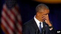 바락 오바마 미국 대통령이 10일 시카고에서 행한 고별연설 도중 눈물을 닦고 있다.
