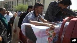 一名被炸彈炸死的伊拉克人出殯時親友悲痛情形(8月15日資料照片)。