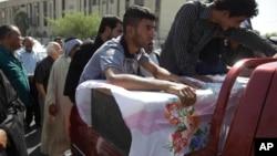 8月15日親屬參加被汽車炸彈爆炸死者的喪禮