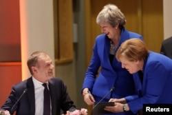 10일 벨기에 브뤼셀에서 열린 EU 정상회의에서 도날드 투스크 EU 정상회의 상임의장이 테레사 메이 영국 총리, 앙겔라 메르켈 독일 총리와 대화하고 있다.