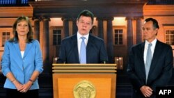 Handout picture released by the Colombian presidency press office showing Colombian President Juan Manuel Santos (C) speaking next to his wife Clemencia de Santos (L) and his doctor Felipe Gomez during a press conference at the Narino Palace, in Bogota, O