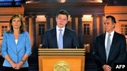 Presiden Kolombia, Juan Manuel Santos (tengah) didampingi istrinya, Clemencia de Santos (kiri) dan dokter Felipe Gomez memberikan pernyataan pers terkait kesehatannya di Istana Narino, Bogota (1/10).