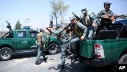 Polisi Afghanistan tiba di lokasi serangan di bandara Kabul, Afghanistan (foto: dok). Para komandan polisi lokal Afghanistan diduga melakukan penganiayaan seksual yang meluas terhadap anak laki-laki di sana.