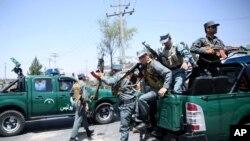 Polisi Afghanistan tiba di lokasi serangan di pintu gerbang bandara Kabul yang diklaim dilakukan pendukung ISIS bulan lalu (10/8).