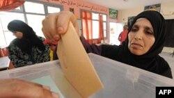 Một cử tri Marốc bỏ phiếu trong cuộc trưng cầu dân ý