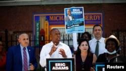 Erik Adams, demokratski kandidat za gradonačelnika Njujorka, na mitingu na Koni Ajlendu.