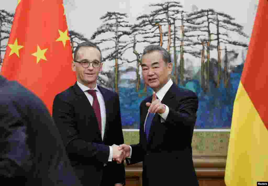 中国外长王毅和德国外长马斯在北京钓鱼台国宾馆出席记者会。后面的美术作品是画家刘海粟的巨幅国画《江山多娇》的底部,在下面的照片中有完整画面。(2018年11月13日)