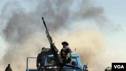 Tentara pemberontak di jalanan antara Brega dan Ras Lanuf.