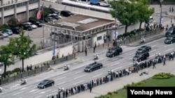 10일 국회에서 취임식을 마친 문재인 한국 대통령이 청와대로 이동하며 서울 종로구 주한미국대사관 앞을 지나가고 있다.