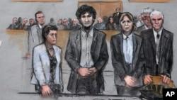 Sketsa yang menggambarkan pengebom Boston Marathon Dzhokhar Tsarnaev (tengah) bersama para pembelanya dalam sidang di Boston (15/5).(Jane Flavell Collins via AP)
