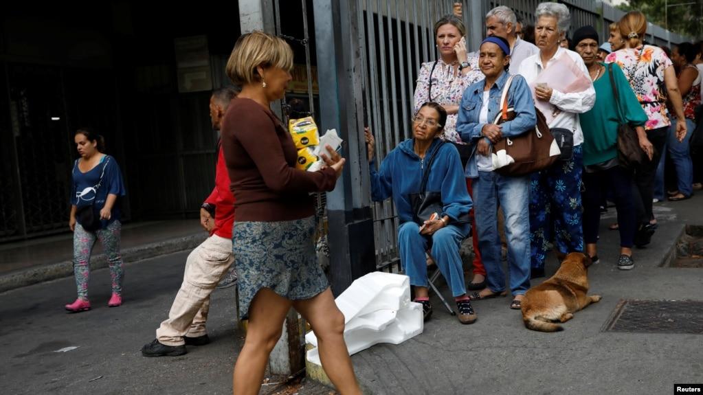 Người dân Venezuela xếp hàng mua nhu yếu phẩm ở Caracas, Venezuela, 27/3/ 2019.