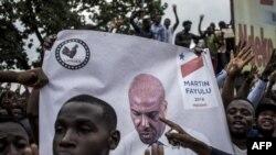La police se tient devant les partisans du leader de l'opposition en République démocratique du Congo et candidat à la présidence, Martin Fayulu, alors qu'ils participent à une manifestation pour contester les résultats de l'élection présidentielle du 11