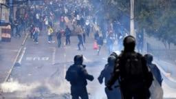 Policías y manifestantes han agredido a periodistas en medio de las protestas en Ecuador.