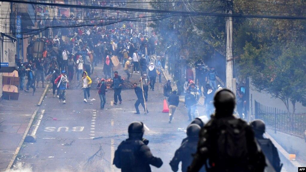Ekvador prezidenti hökumətini paytaxtdan köçürməli olub