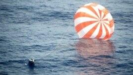 Esta foto propocionada por Space X muestra la caída de la cápsula espacial Dragón a su regreso de la Estación Espacial Internacional, el domingo 28 de octubre de 2012.