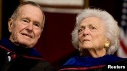 Le président H. W. Bush et l'ancienne Première dame Barbara Bush sont présents à une cérémonie à l'université du Texas, le 12 decembre 2008.