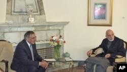 Afg'on prezidenti Hamid Karzay AQSh Mudofaa vaziri Leon Panetta bilan, Kobul, 15-mart, 2012.